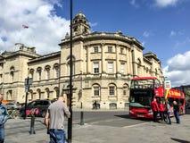 Emplazamiento turístico que ve el autobús en el baño, Reino Unido Imagen de archivo libre de regalías
