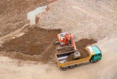 Emplazamiento y excavador de la obra Foto de archivo libre de regalías