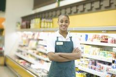 Empleado adolescente del supermercado Foto de archivo libre de regalías