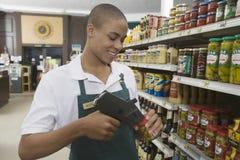 Empleado adolescente del supermercado Foto de archivo