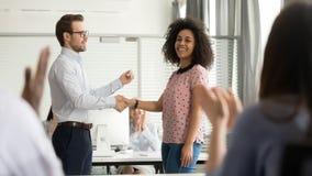 Empleado africano feliz del apretón de manos útil del jefe que felicita promover recompensando al trabajador imagen de archivo libre de regalías