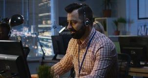 Empleado de centro que trabaja en su escritorio