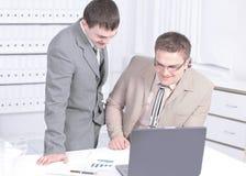 Empleado de la compañía que discute documentos financieros fotos de archivo