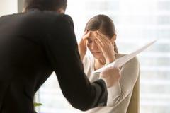 Empleado de sexo femenino frustrado con demandas enojadas del jefe imagen de archivo libre de regalías