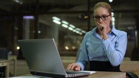 Empleado de sexo femenino que mira tiempo en el reloj, frustrado con plazo faltado almacen de metraje de vídeo