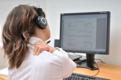 Empleado del centro de atención telefónica con dolor de cuello Fotos de archivo libres de regalías