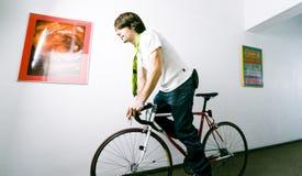 Empleado en la bici fotos de archivo libres de regalías