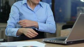 Empleado enojado de la compañía que lee el correo electrónico en el ordenador portátil, stress laboral, problema del proyecto metrajes
