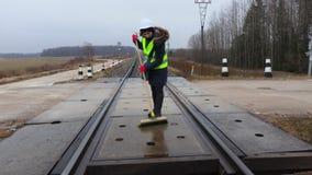 Empleado ferroviario de la mujer limpio con el cepillo almacen de video