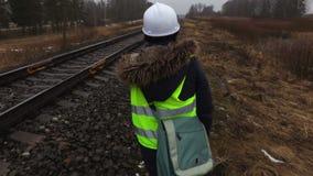 Empleado ferroviario de la mujer que examina la condición del ferrocarril almacen de metraje de vídeo