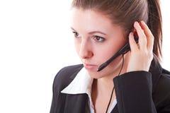 Empleado joven del centro de llamada con auriculares Foto de archivo libre de regalías
