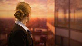 Empleado joven del negocio que mira la puesta del sol, soñando con carrera acertada del trabajo almacen de video