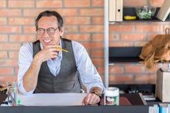 Empleado mayor confiado que trabaja en oficina Fotografía de archivo libre de regalías
