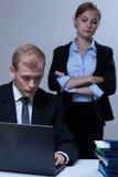 Empleado que mira su jefe Fotografía de archivo