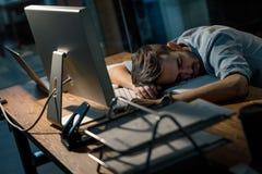 Empleado soñoliento tarde en oficina fotografía de archivo