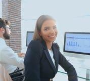 Empleado y colega de mujer que se sientan en el escritorio Foto de archivo