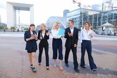 Empleados de la corporación que hablan por smartphone y advi fotografía de archivo