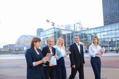 Empleados de la corporación que hablan por smartphone y advi foto de archivo libre de regalías