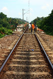 Empleados del contrato que trabajan en pista ferroviaria india Imagenes de archivo
