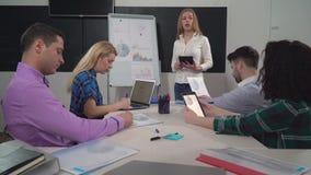 Empleados del departamento del márketing en la reunión almacen de video