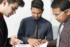 Empleados indios que trabajan junto Foto de archivo
