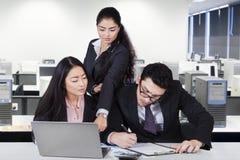 Empleados ocupados en la oficina Fotografía de archivo