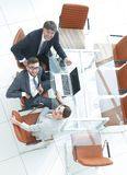 Empleados que se sientan en el escritorio y que miran para arriba Imagen de archivo libre de regalías
