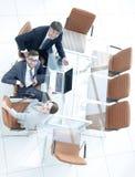 Empleados que se sientan en el escritorio y que miran para arriba Fotos de archivo