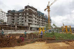 Emplean a los trabajadores no identificados en metro de arriba de la construcción en Bangalore fotografía de archivo