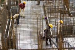 Emplean a los trabajadores no identificados en metro de arriba de la construcción en Bangalore foto de archivo libre de regalías
