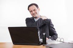 Employé épuisé avec douleur cervicale image stock