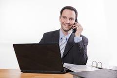 Employé commis souriant au téléphone photo libre de droits