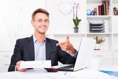 Employé d'homme tenant le document vide Image stock