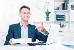 Employé d'homme tenant le document vide Photo stock