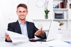 Employé d'homme tenant le document vide Photographie stock libre de droits