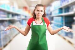 Employé d'hypermarché faisant le geste et l'expression confus image stock