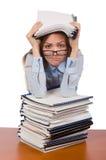 Employé de bureau à la table de travail d'isolement sur le blanc Photographie stock libre de droits