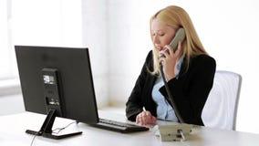 Employé de bureau attirant prenant l'appel téléphonique banque de vidéos