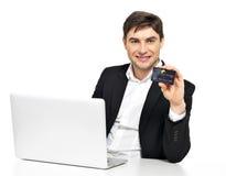 Employé de bureau avec l'ordinateur portable et la carte de crédit Image libre de droits