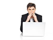 Employé de bureau avec l'ordinateur portable se reposant sur la table Photos stock