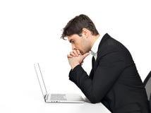 Employé de bureau avec l'ordinateur portable se reposant sur la table Images stock