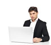 Employé de bureau avec l'ordinateur portable se reposant sur la table Photographie stock libre de droits