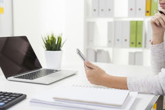 Employé de bureau avec son smartphone images libres de droits