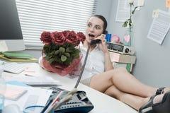 Employé de bureau ayant un appel romantique Images stock