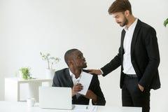 Employé de bureau d'afro-américain recevant l'enveloppe avec la récompense franc Photos libres de droits