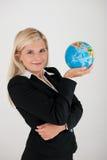 Employé de bureau dans un procès retenant un globe Photos libres de droits