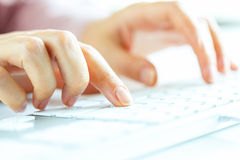 Employé de bureau de femme dactylographiant sur le clavier Image stock