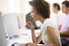 Employé de bureau féminin à l'ordinateur Photographie stock