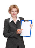 Employé de bureau féminin d'isolement sur le fond blanc Photo stock