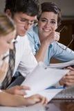 Employé de bureau féminin lors de la réunion d'affaires image libre de droits